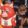 Beyoncé et une amie, ravies de prendre le postérieur de la mascotte des Bulls en photo lors du All Star Game 2013 qui se déroulait à Houston le 17 février 2013