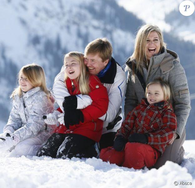 Le prince Willem-Alexander des Pays-Bas et la princesse Maxima, avec leurs filles Catharina-Amalia, Alexia et Ariane ainsi que la reine Beatrix, conviaient les photographes de presse au premier jour de leurs vacances annuelles aux sports d'hiver à Lech am Arlberg, en Autriche, le 17 février 2013. Un an jour pour jour après l'accident de ski du prince Friso, au même endroit, qui lui vaut d'être toujours dans le coma...