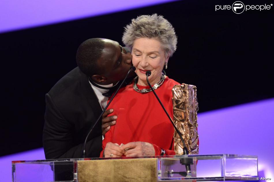 Omar Sy embrasse la grande Dame du cinéma Emmanuelle Riva récompensé du César de la meilleure actrice lors de la 38e cérémonie des César du Cinéma au Théâtre du Châtelet à Paris, le 22 février 2013.