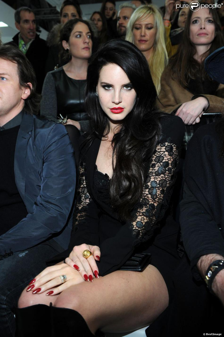 Lana Del Rey sexy au défilé Versace automne-hiver 2013-2014 de la Fashion Week de Milan, le 22 février 2013.