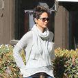 Halle Berry va chercher sa fille Nahla à l'école à Los Angeles, le 25 février 2013. 24h après les Oscars, la star reprend son rôle de maman.