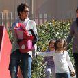 Halle Berry va chercher sa fille Nahla à l'école à Los Angeles, le 25 février 2013. La petite fille tient sa maman par la main.
