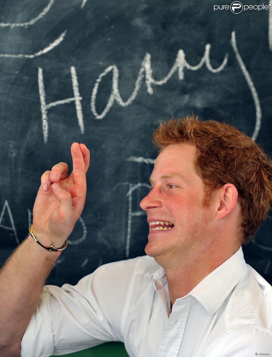 Le prince Harry, en visite au Lesotho avec Sentebale, s'est essayé le 27 février 2013 à la langue des signes au centre Kananelo pour les sourds, à Maseru.