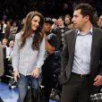Katie Holmes en mystérieuse compagnie au match des New York Knicks contre les Golden State Warriors au Madison Square Garden à New York, le 27 février 2013.