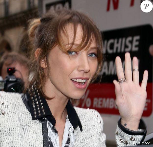 Laura Smet quitte l'hôtel Westin à l'issue du défilé automne-hiver 2013 de Barbara Bui. Paris, le 28 février 2013.