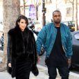 La star de télé-réalité Kim Kardashian et son compagnon Kanye West dans les rues de Paris. Le 4 mars 2013.