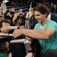 Rafael Nadal en pleine séance d'autographeslors d'un match exhibition face à Juan Martin Del Potro au the BNP Paribas Showdown qui se disputait au Madison Square Garden de New York le 4 mars 2013