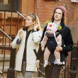 Sienna Miller et Tom Sturridge se baladent avec leur fille Marlowe à New York le 9 mars 2013.