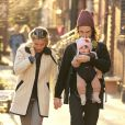 Sienna Miller et son fiancé Tom Sturridge se baladent avec leur fille Marlowe à New York le samedi 9 mars 2013.