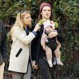 Sienna Miller et son fiancé Tom Sturridge se baladent avec leur bébé Marlowe à New York le 9 mars 2013.
