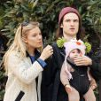 L'actrice Sienna Miller et son fiancé Tom Sturridge se baladent avec leur fille Marlowe à New York le 9 mars 2013.