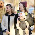 L'actrice anglaise Sienna Miller et son fiancé Tom Sturridge se baladent avec leur fille Marlowe à New York le 9 mars 2013.