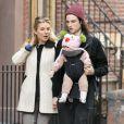 Sienna Miller et son fiancé Tom Sturridge se baladent avec leur fille Marlowe à New York le 9 mars 2013.
