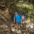 Le prince héritier Frederik de Danemark et son épouse Mary lors d'un trek près de Santiago au Chili, dans le parc de Quebrada de Macul le 10 mars 2013