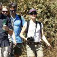 Le prince héritier Frederik de Danemark et son épouse Mary lors d'un trek près de Santiago au Chili, dans le parc de Quebrada de Macul le 10 mars 2013 : ils sont accompagnés de quelques membres de l'ambassade du Danemark au Chili