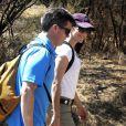 Le prince Frederik de Danemark et son épouse Mary lors d'un trek près de Santiago au Chili, dans le parc de Quebrada de Macul le 10 mars 2013