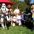 Tori Spelling (ici avec ses filles Hattie et Stella) a organisé une fête costumée dans le thème Star Wars pour les 6 ans de son fils Liam, à Los Angeles, le 16 mars 2013.