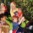 Tori Spelling avec sa fille Stella et son petit dernier Finn aux 6 ans de son fils Liam à Los Angeles, le 16 mars 2013.