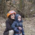 Le prince Henrik observe attentivement, couvé par sa maman.   La princesse Marie de Danemark, le prince Joachim et leurs garçons Nikolai, Felix et Henrik lors d'un exercice avec l'agence danoise de gestion des urgences (Beredskabsstyrelsen ou DEMA, Danish Emergency Management Agency), à Haversted le 9 mars 2013