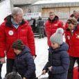 La princesse Mette-Marit de Norvège et ses enfants la princesse Ingrid Alexandra et le prince Sverre Magnus, ainsi que leur labradoodle Milly Kakao, assistaient avec le couple royal aux épreuves de ski nordique comptant pour la Coupe du monde, à Holmenkollen (Oslo), le 17 mars 2013.