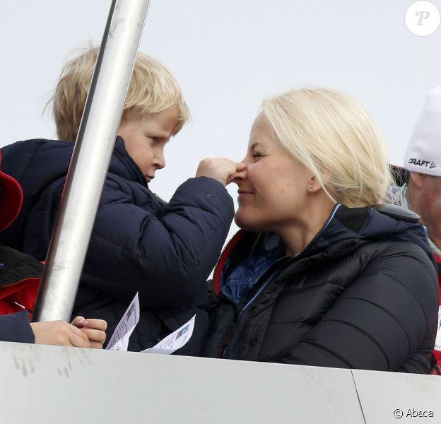 Pas captivé par le sport, le prince Sverre Magnus s'est diverti avec sa maman... La princesse Mette-Marit de Norvège et ses enfants la princesse Ingrid Alexandra et le prince Sverre Magnus, ainsi que leur labradoodle Milly Kakao, assistaient avec le couple royal aux épreuves de ski nordique comptant pour la Coupe du monde, à Holmenkollen (Oslo), le 17 mars 2013.