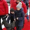 Milly Kakao, le labradoodle de la famille, ne manque pas non plus l'événement annuel... La princesse Mette-Marit de Norvège et ses enfants la princesse Ingrid Alexandra et le prince Sverre Magnus, ainsi que leur labradoodle Milly Kakao, assistaient avec le couple royal aux épreuves de ski nordique comptant pour la Coupe du monde, à Holmenkollen (Oslo), le 17 mars 2013.