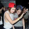 Kristen Stewart escortée par une amie à la sortie du Troubadour à West Hollywood, le 5 mars 2013. Elle a passé la soirée avec Taylor Lautner dans la boîte de nuit.