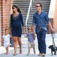Matthew McConaughey avec sa femme Camila Alves, enceinte, et leurs enfants Levi et Vida, dans les rues de New York, le 26 août 2012.