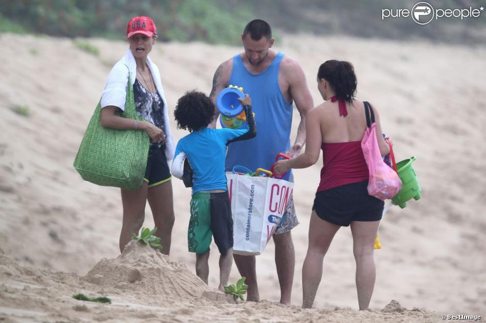 Heidi Klum et son petit ami Martin Kirsten et ses enfants Leni et Johan passent la matinée sur la plage à Hawaii, le 25 mars 2013.