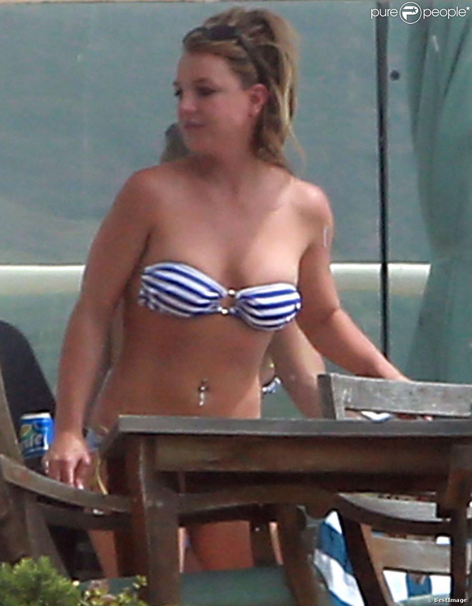 La chanteuse Britney Spears profite du soleil en maillot de bain et en fumant quelques cigarettes, au bord d'une piscine chez des amis, après avoir déjeuné au Cafe Habana à Malibu, le 25 mars 2013.
