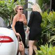 Britney Spears rejoint des amis après avoir déjeuné au Cafe Habana à Malibu, le 25 mars 2013.