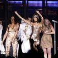 Victoria Beckham sur scène à Londres avec les Spice Girls pour leur dernière tournée mondiale, le 15 décembre 2007.