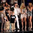 Victoria Beckham sur scène avec ses enfants à Londres avec les Spice Girls pour leur dernière tournée mondiale, le 18 décembre 2007.