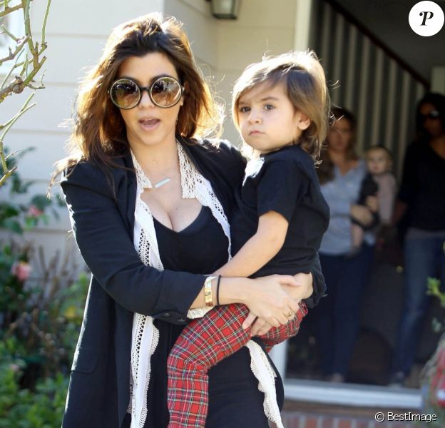 Kourtney Kardashian sort de chez une amie avec ses enfants Mason et Penelope, à Los Angeles, le 17 janvier 2013.