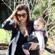 Kourtney Kardashian avec ses enfants Mason et Penelope, à Los Angeles, le 17 janvier 2013.