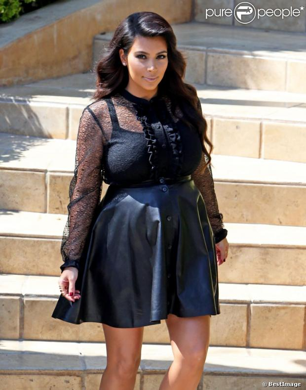 kim kardashian enceinte et tr s en beaut quitte sa maison beverly hills le 28 mars 2013. Black Bedroom Furniture Sets. Home Design Ideas