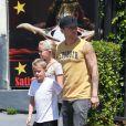 EXCLUSIVE. Ryan Phillippe et ses enfants (dont la mère est son ex Reese Witherspoon) à Los Angeles le 9 août 2012