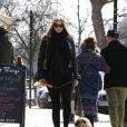 Le top hollandais Lara Stone, enceinte de son premier enfant, fait une balade dans un parc de Londres, dans le quartier cosy de Primrose Hill le 2 avril 2013.