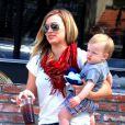 Hilary Duff et son fils Luca sortent de chez Charlie's Pantry à Los Angeles, le 24 mars 2013.