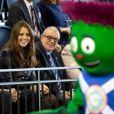 Même Clyde, la mascotte des Jeux du Commonwealth 2014, a félicité les futurs parents ! La duchesse Catherine de Cambridge et le prince William, qui portent en Ecosse le titre de comte et comtesse de Strathearn, visitaient le 4 avril 2013 l'Emirates Arena à Glasgow, qui accueillera les prochains Jeux du Commonwealth en 2014, lors de leur visite de deux jours.