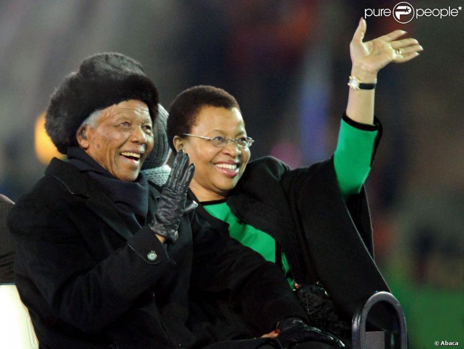 L'ancien président Nelson Mandela et sa femme Graça Machel lors de la cérémonie de clôture de la Coupe du monde de football à Johannesbourg, le 11 juillet 2010.