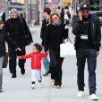 Ellen Pompeo, profite d'une journée en famille avec son époux Chris Ivery, et sa fille Stella, à New York, le 4 avril 2013.