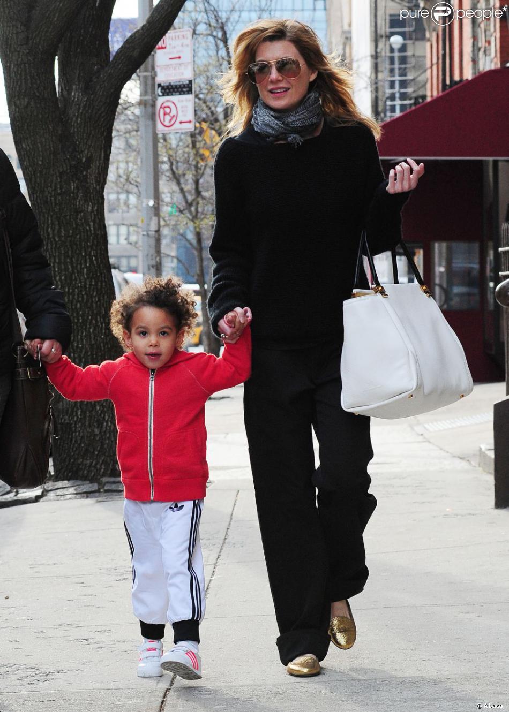 Ellen Pompeo, profite d'une journée en famille avec son mari Chris Ivery, et sa jeune fille Stella, à New York, le 4 avril 2013.