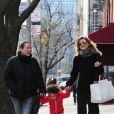L'actrice Ellen Pompeo, profite d'une journée en famille avec son mari Chris Ivery, et sa fille Stella, à New York, le 4 avril 2013.
