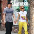 La starlette Paris Hilton et son petit ami River Viiperi se promenant dans les rues de Studio City, le 4 avril 2013.
