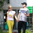Paris Hilton et son petit ami River Viiperi se promenant dans les rues de Studio City, le 4 avril 2013.