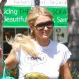 Paris Hilton se promenant dans les rues de Studio City, le 4 avril 2013.