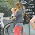 Hilary Duff et son petit Luca prenant un petit-déjeuner sur la terrasse d'un café à Hollywood le 6 avril 2013.