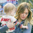 Hilary Duff et son fils Luca prenant un petit-déjeuner sur la terrasse d'un café à Hollywood le 6 avril 2013.