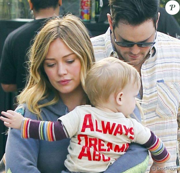 Hilary Duff, Mike Comrie et leur fils Luca prenant un petit-déjeuner sur la terrasse d'un café à Hollywood le 6 avril 2013.